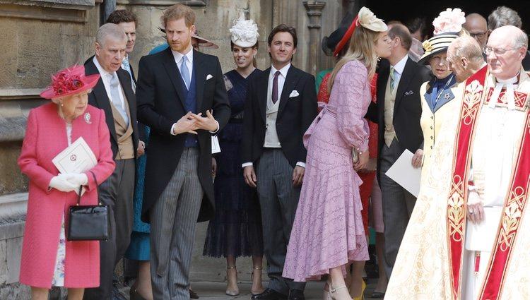 La Reina Isabel, el Duque de York, el Príncipe Harry, Beatriz de York y Edoardo Mapelli Mozzi en la boda de Lady Gabriella Windsor y Thomas Kingston