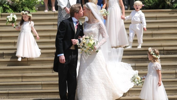 Lady Gabriella Windsor y Thomas Kingston dándose un beso en su boda