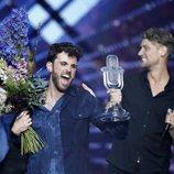 Duncan Laurence recoge el trofeo tras ganar Eurovisión 2019