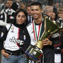 Cristiano Ronaldo celebrando la victoria de la Juventus con Georgina Rodríguez