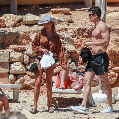 Álex González en Ibiza con una amiga