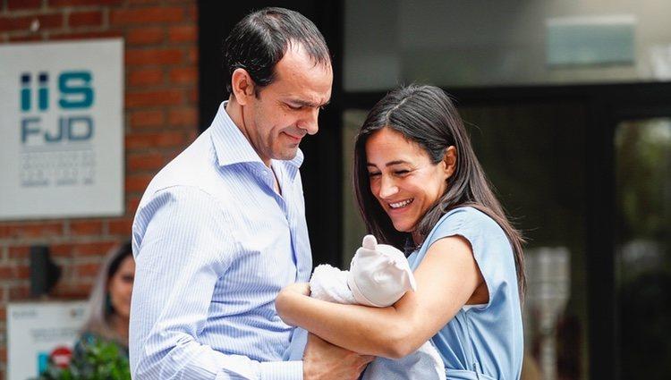 Begoña Villacís y Antonio Suárez-Valdés presentan a su hija Inés
