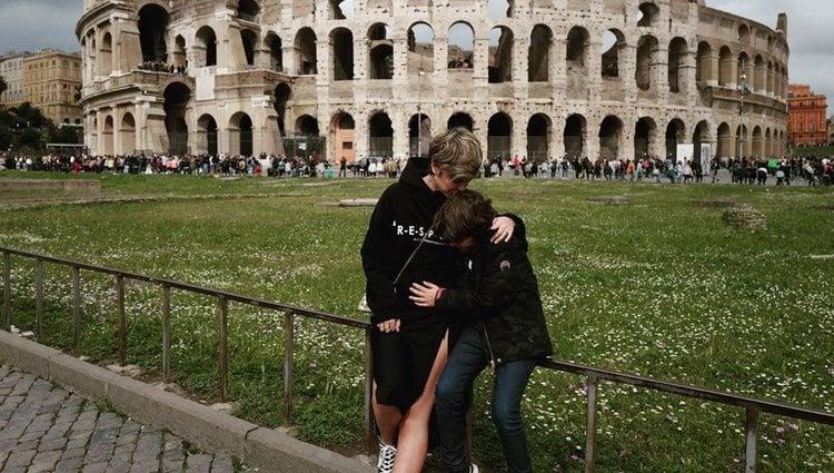 Laura Escanes con Julio, el hijo de Risto Mejide, en Roma