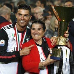 Cristiano Ronaldo celebrando la victoria de la Juventus con su madre Dolores Aveiro