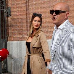 Kiko Matamoros con Marta López en la entrada de la plaza de toros de Las Ventas