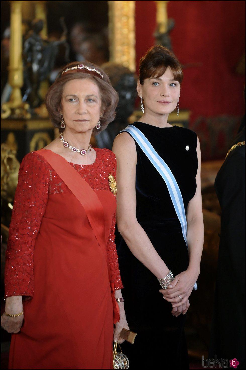 La Reina Sofía y Carla Bruni durante la recepción oficial a Nicolas Sarkozy
