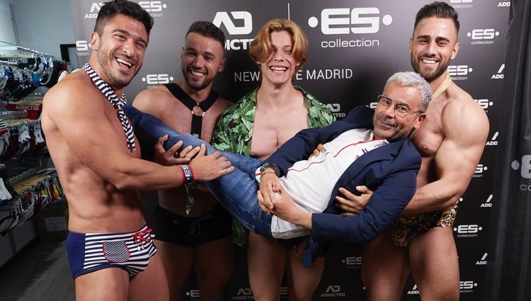 Jorge Javier Vázquez es fotografiado rodeado de hombres musculado