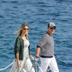 Antonio Banderas y Nicole Kimpel paseando por Cannes