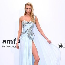Stella Maxwell en la gala amfAR en el Festival de Cannes 2019