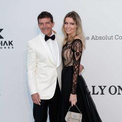 Antonio Banderas y Nicole Kimpel en la gala amfAR en el Festival de Cannes 2019