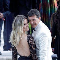 Antonio Banderas y Nicole Kimpel a su llegada a la gala amfAR en Cannes 2019