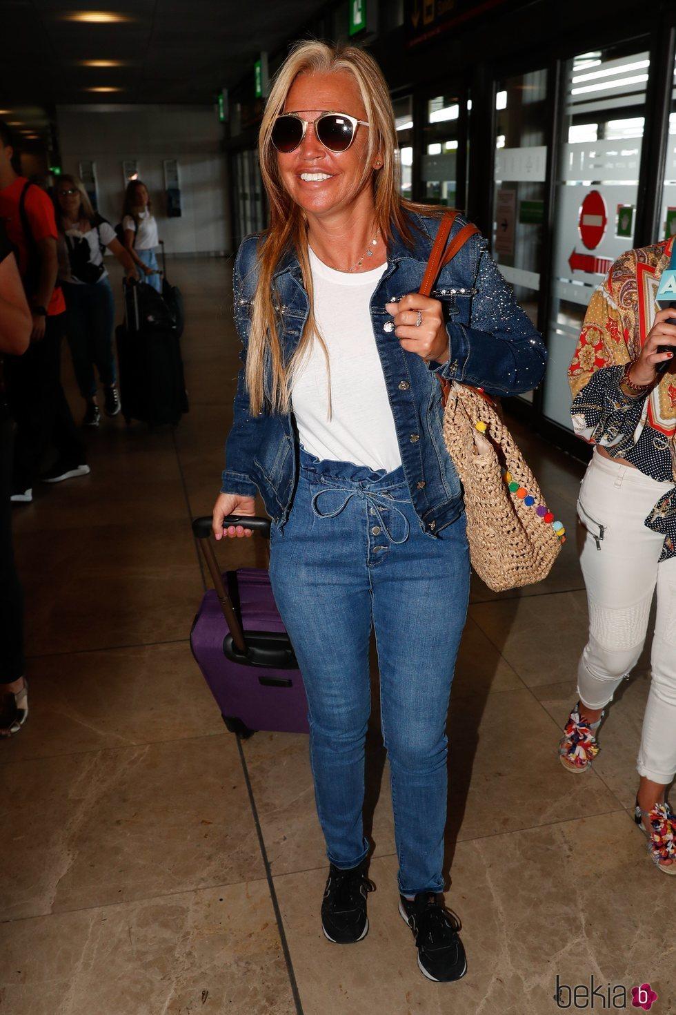 Belén Esteban en el aeropuerto antes de su despedida de soltera