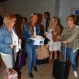 Belén Esteban y tres amigas en el aeropuerto antes de la despedida de soltera