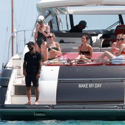 Alicia Vikander en Ibiza con sus amigas en un yate