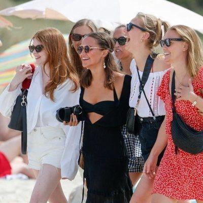 Alicia Vikander de vacaciones en Ibiza con sus amigas