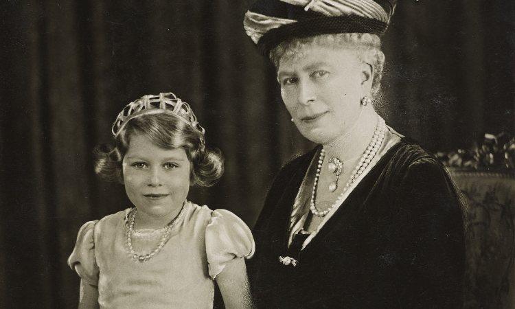 La Reina María de Teck con su nieta, la futura Reina Isabel II