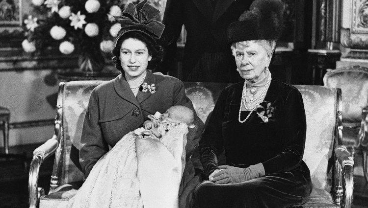 La Princesa Isabel, la Reina María y Jorge VI en el bautizo del Príncipe Carlos