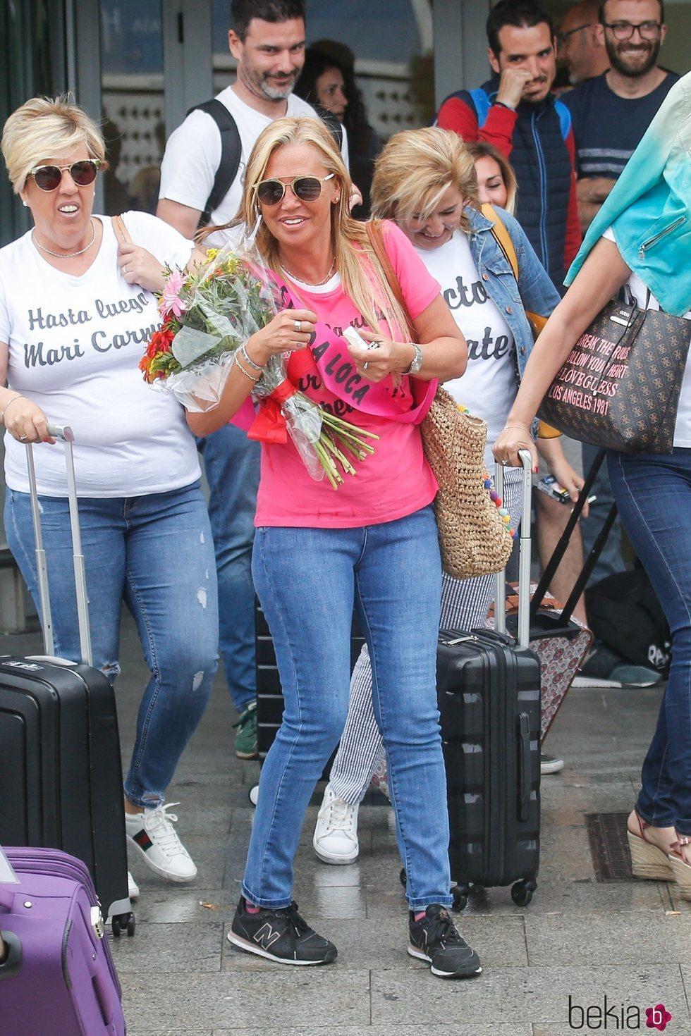 Belén Esteban, sonriente en el aeropuerto para empezar su despedida de soltera