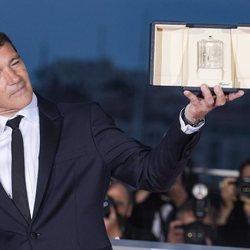 Antonio Banderas posando con el galardón al Mejor actor en Cannes 2019