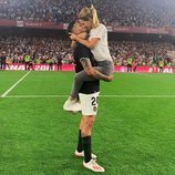 Tamara Gorro y Ezequiel Garay besándose tras la victoria del Valencia en la Copa del Rey 2019