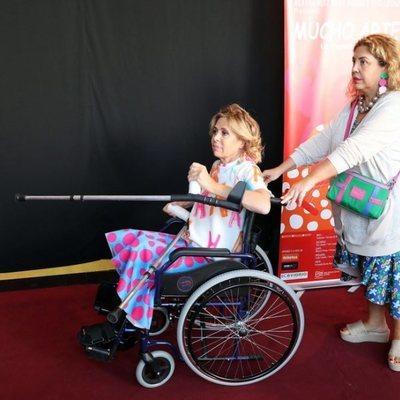 Ágatha Ruiz de la Prada en silla de ruedas en la presentación de 'Mucho Arte'