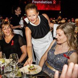 La Princesa Mabel de Holanda hace de camarera en una cena benéfica contra el sida