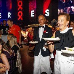 La Princesa Mabel de Holanda sirve la comida en una cena benéfica contra el sida