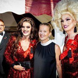 La Princesa Mabel de Holanda posando con dos Drag Queens en el AmsterdamDiner