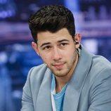 Nick Jonas mirando sexy a la cámara en 'El Hormiguero'