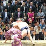 Donald Trump y Melania acuden a un combate de sumo durante su viaje de Estado a Japón