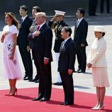 Melania y Donald Trump escuchan el himno estadounidense en su visita de Estado a Japón