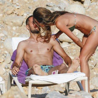 Malena Costa y Mario Suárez, muy cariñosos en Ibiza