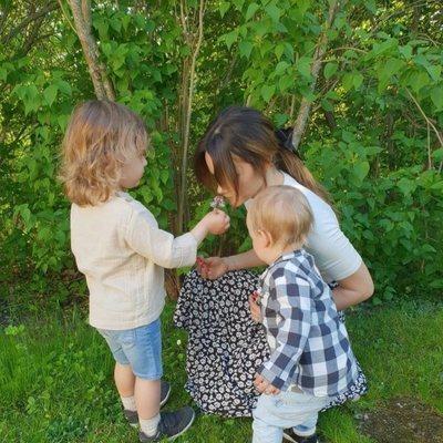 Sofia Hellqvist con sus hijos Alejandro y Gabriel de Suecia en el jardín