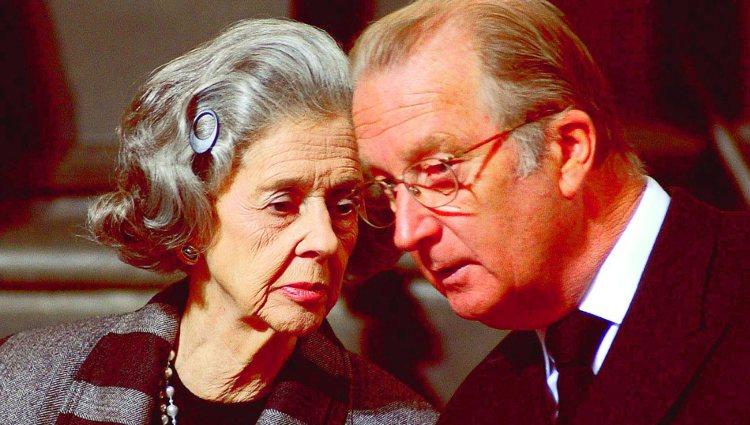 La Reina Fabiola susurrando al Rey Alberto de Bélgica en un acto público