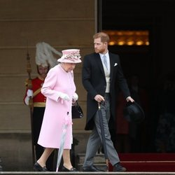 La Reina Isabel y el Príncipe Harry en una garden party en Buckingham Palace