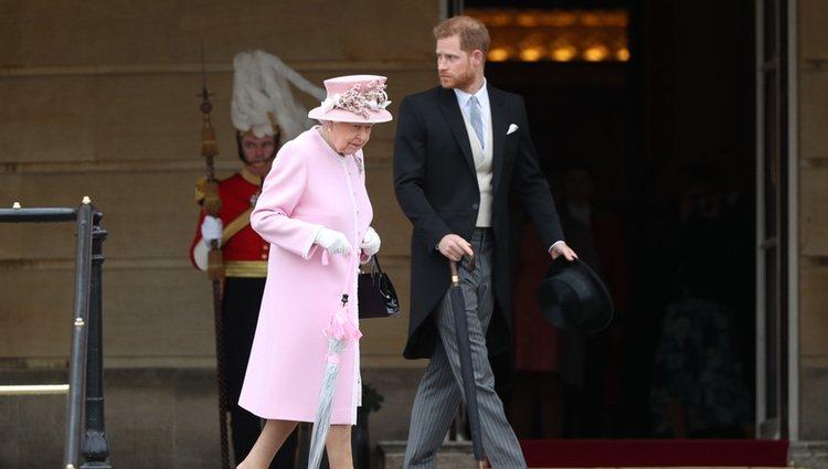 La Reina Isabel y el Príncipe Harry en una garden party en Buckingham Palace
