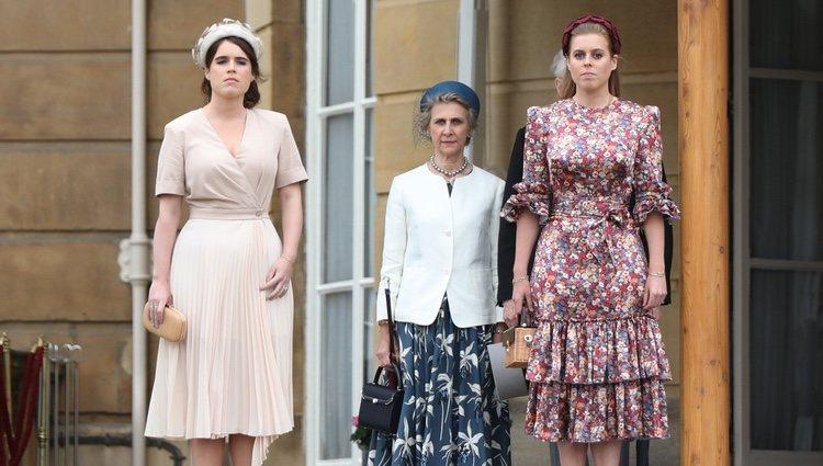 Las Princesas Beatriz y Eugenia de York con la Duquesa de Gloucester en una garden party en Buckingham Palace