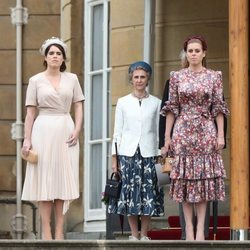 Las Princesas Beatriz y Eugenia de York con la Duquesa de Gloucester en una garden party en Buckingham Palace