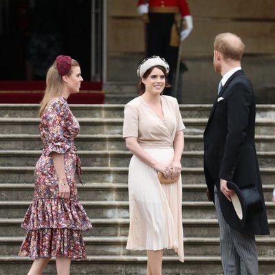 El Príncipe Harry, Beatriz de York y Eugenia de York en una garden party en Buckingham Palace