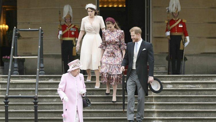 La Reina Isabel, el Príncipe Harry, Beatriz de York y Eugenia de York en una garden party en el Palacio Buckingham Palace