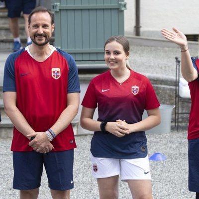 Los Príncipes de Noruega juegan un partido amistoso de fútbol