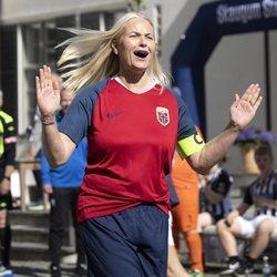 La Princesa Mette-Marit de Noruega juega un partido de fútbol