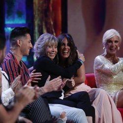 Marta Roca y Anabel Pantoja se abrazan mientras Loli Álvarez aplaude en la gala 6 de 'Supervivientes 2019'