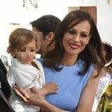 Eva González con el pequeño Cayetano Rivera en brazos el día de su bautizo