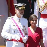 El Rey Felipe y la Reina Letizia en el desfile del Día de las Fuerzas Armadas en Sevilla