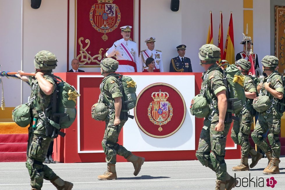 El Rey Felipe y la Reina Letizia presidiendo el desfile del Día de las Fuerzas Armadas