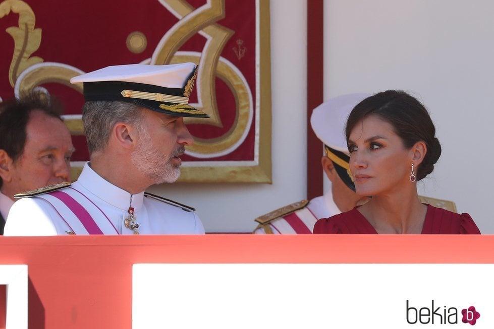 El Rey Felipe y la Reina Letizia durante el desfile del Día de las Fuerzas Armadas en Sevilla