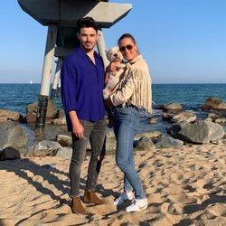 Ángel Capel posa con Mireia Belmonte en la playa y con su perro
