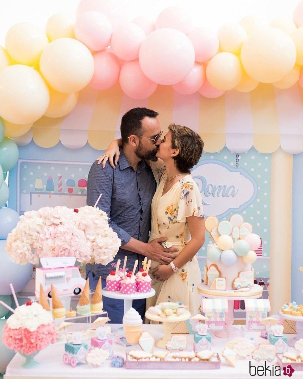 Laura Escanes y Risto Mejide celebrando la baby shower de su hija Roma