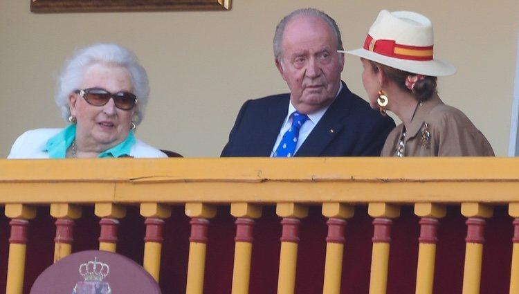La Infanta Pilar, el Rey Juan Carlos y la Infanta Elena en la corrida de toros en Aranjuez en homenaje a la Condesa de Barcelona